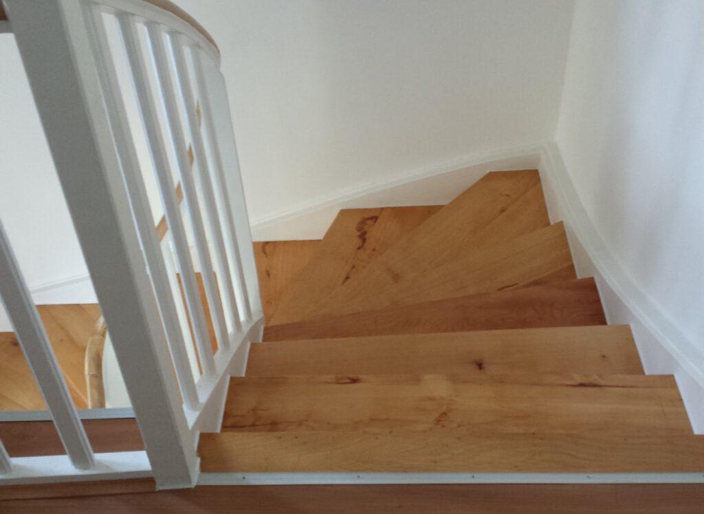 Altbau Treppe Buche massiv geschliffen und lackiert